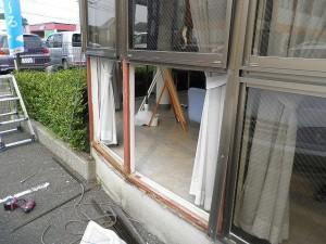福岡県 東区 郵便局ガラス取り換え工事 施工前