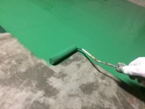 太宰府市 太宰府市役所 機械室床 塗装工事 中塗り施工中