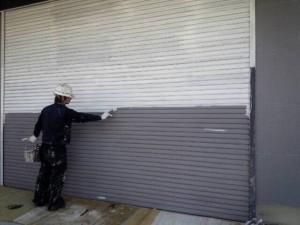 大野城市 塗装工事 安藤ビル シャッター塗装下塗り施工中