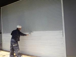 大野城市 塗装工事 安藤ビル シャッター塗装中塗り施工中