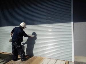 大野城市 塗装工事 安藤ビル シャッター塗装上塗り施工中