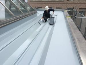 竹田ビル 折半屋根 中塗り 施工中