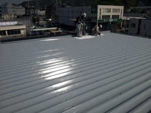大野城市 安藤ビル 屋根 塗装工事 上塗り1回目施工中