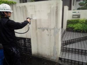 太宰府市 塗装工事 M様邸外塀 高圧洗浄施工中