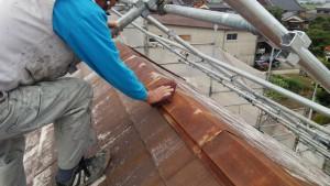 久留米市 アイゼン通運 塗装工事 屋根棟板金 ケレン施工中