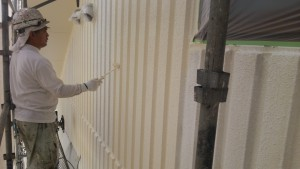 久留米市 塗装工事 アイゼン通運 外壁上塗り1回目 施工中