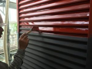 筑紫野市 F様邸 塗装工事 雨戸下塗り施工中