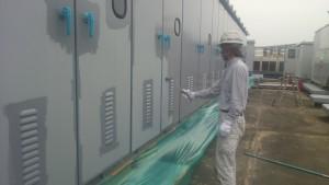 福岡市 博多区 塗装工事 センタープレイス 屋上キューピクル 上塗り施工中