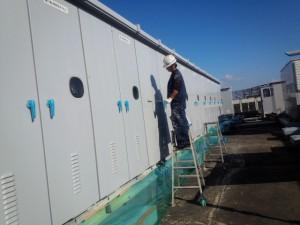 福岡市 博多区 センタープレイス 塗装工事 屋上キューピクル 錆止め施工中