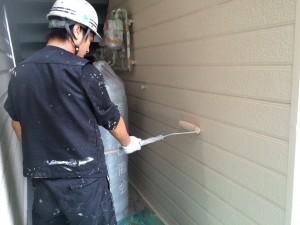 太宰府市 塗装工事 ロイヤル桜町 外壁 上塗り施工中