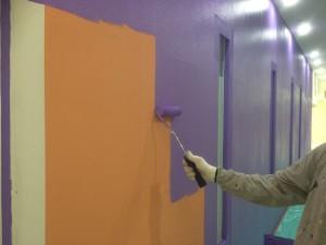 福岡市中央区 塗装工事 ミーナ天神 内部壁塗装 水性ケンエース1回目 施工中