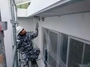 太宰府市 サンケア太宰府大規模改修工事 軒裏塗装作業中
