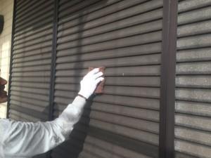 宗像市 塗装工事 雨戸 ケレン施工中