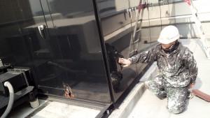 福岡市 博多区 博多駅前第2ビル 屋上 キューピクル 塗装工事  ケレン 施工中