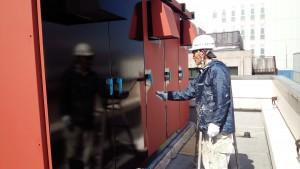 福岡市 博多区 博多駅前第2ビル 屋上 キューピクル 塗装工事  上塗り1回目 施工中