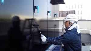 福岡市 博多区 博多駅前第2ビル 屋上 キューピクル 塗装工事  上塗り2回目 施工中
