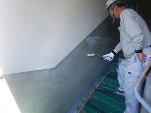 大野城市 塗装工事 Rマンション 配管 塗装工事 腰壁塗装 カチオンシーラー施工中