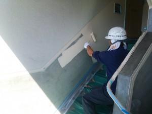 大野城市 塗装工事 Rマンション 配管 塗装工事 腰壁塗装 オーデフレッシュSi 1回目施工中