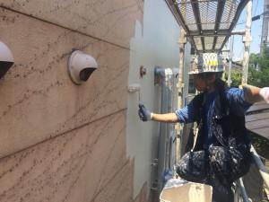 大分県 ガスト 塗装工事 外壁 上塗り施工中