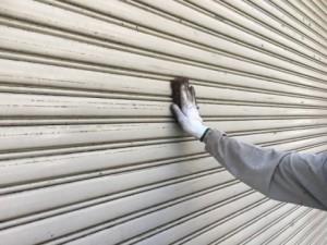 福岡市 博多区 倉庫 シャッター 塗装工事 ケレン施工中