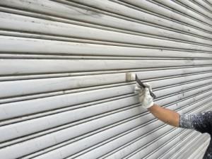 福岡市 博多区 倉庫 シャッター 塗装工事 中塗り 施工中