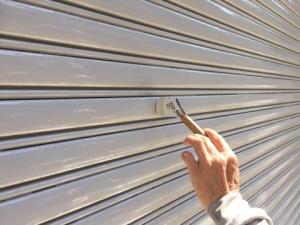 福岡市 博多区 倉庫 シャッター 塗装工事 上塗り 施工中