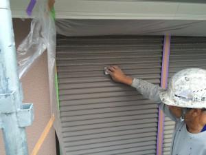 筑紫野市 塗装工事 K様邸 雨戸 塗装 ケレン作業中
