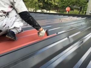 福岡市 中央区 塗装工事 S様邸 折半屋根 上塗り1回目作業