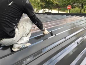 福岡市 中央区 塗装工事 S様邸 折半屋根 上塗り2回目作業
