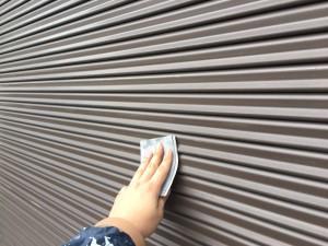 筑紫野市 T様邸 塗装工事 シャッター塗装 ケレン施工中