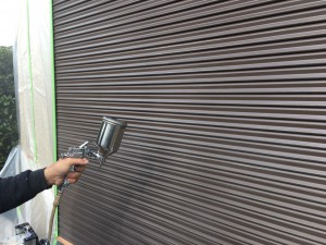 筑紫野市 T様邸 塗装工事 シャッター塗装 下塗り施工中
