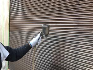 筑紫野市 T様邸 塗装工事 シャッター塗装 中塗り施工中