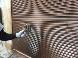 筑紫野市 T様邸 塗装工事 シャッター塗装 上塗り施工中