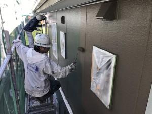 福岡県 粕屋町 アパート 塗装工事 外壁 上塗り2回目 施工中