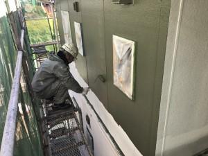 福岡県 粕屋町 アパート 塗装工事 外壁 上塗り1回目 施工中