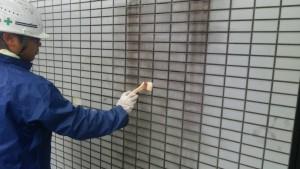 春日市 バジェットホテル 塗装工事 タイル洗浄中