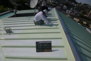 福岡市 プレジデント寺塚 板金屋根 塗装工事 遮熱塗装 上塗り1回目 施工中