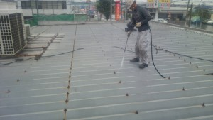 大野城市 A様 所有 テナント 塗装工事 屋根塗装 高圧洗浄施工中