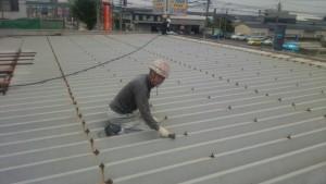 大野城市 A様 所有 テナント 塗装工事 屋根塗装 ケレン 施工中