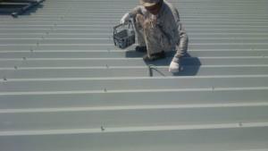 大野城市 A様 所有 テナント 塗装工事 折半屋根 塗装 上塗り 施工中