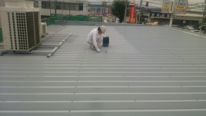 大野城市 A様 所有 テナント 塗装工事 折半屋根 塗装 中塗り 施工中