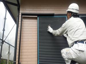筑紫野市 H様邸 住宅 塗装工事 雨戸 板金 塗装 研磨 作業中