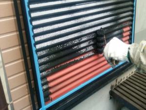 筑紫野市 H様邸 住宅 塗装工事 雨戸 板金 塗装 上塗り1回目 作業中