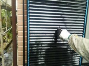 筑紫野市 H様邸 住宅 塗装工事 雨戸 板金 塗装 上塗り2回目 作業中
