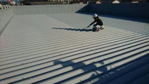 春日市 塗装工事 たんぽぽ整骨院 折半屋根 塗装 上塗り1回目 施工中