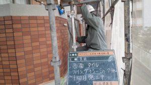 太宰府市 ベアバレー太宰府 マンション 改修工事 日本ペイント ファイングラシーSi 磁器タイル塗装 1回目 施工中