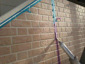 福岡県 粕屋郡 須恵町 ファーストコート アパート改修塗装工事 サイディングボード シーリング工事 シール充填中