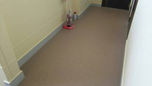 福岡県 粕屋郡 須恵町 アパート改修工事 共用通路床 防滑性ビニル床シート工事 完了