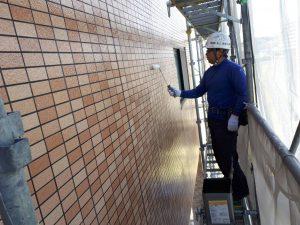 福岡県 粕屋郡 須恵町 アパート改修塗装工事 外壁 磁器タイル塗装 日本ペイント ファイングラシーSi 2回目 施工中