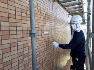 福岡県 粕屋郡 須恵町 アパート改修塗装工事 外壁 磁器タイル塗装 日本ペイント ファイングラシーSi 1回目 施工中